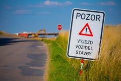 Trafiktecknet varnar av konstruktion framåt arkivbilder