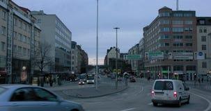 Trafiktimelapse under färgrik himmel i Stockholm arkivfilmer