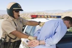 Trafiktjänsteman Arresting Man Royaltyfria Foton