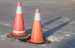 Trafikvarningskottar för varningskonstruktionsplats Arkivfoto