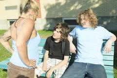 Trafiquant de drogue de femme à l'école de terrain de jeu Images stock
