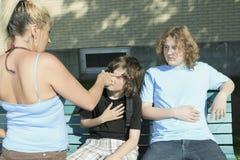 Trafiquant de drogue de femme à l'école de terrain de jeu Photo libre de droits