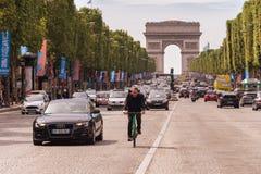 Trafique abajo de la avenida de Champs-Elysees y de Arc de Triomphe Foto de archivo