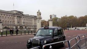 Trafique carros perto do Buckingham Palace em Londres, Inglaterra video estoque