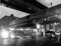 Trafique a cena na noite na avenida de Rizal em um tom preto e branco Imagem de Stock Royalty Free