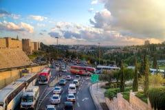 Trafique cerca de la pared circundante de la ciudad vieja de Jerusalén Imagen de archivo libre de regalías