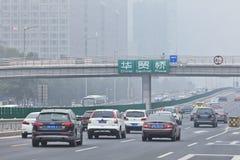 Trafique com um visability de 500 medidores causados pela poluição atmosférica, Pequim, China Fotografia de Stock