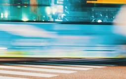Trafique cruzes uma interseção em Matsuyama, Japão Imagens de Stock Royalty Free