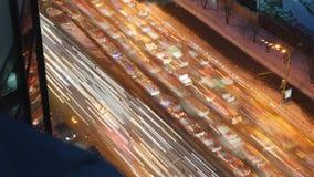 Trafique e um engarrafamento com as luzes borradas do carro que deixam traços atrás do tempo-lapso vídeos de arquivo