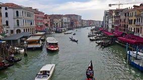 Trafique em Grand Canal visto da ponte de Rialto, Veneza, Itália video estoque