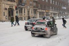 Trafique em Saint Denis Street durante a primeira tempestade da neve do mar Imagens de Stock