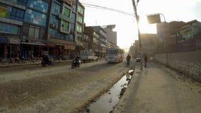 Trafique en el camino de Boudha en Katmandu, Nepal almacen de metraje de vídeo