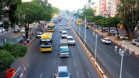 Trafique en el camino de Sule, Rangún, Myanmar almacen de video
