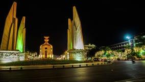 Trafique en el monumento de la democracia en Bangkok en la noche almacen de video