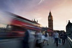 Trafique en el puente de Westminster con Big Ben en fondo Foto de archivo libre de regalías