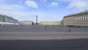Trafique en el transporte más allá del cuadrado del palacio, St Petersburg, Rusia almacen de metraje de vídeo