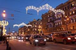 Trafique en la avenida de Nevsky en St Petersburg, Rusia Imagen de archivo