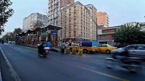 Trafique en la avenida de Valiasr en Teherán, Irán metrajes