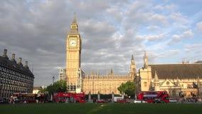 Trafique en la calle cerca de Big Ben en Londres metrajes
