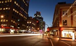 Trafique en la calle de las aduanas en Auckland en el centro de la ciudad en la noche Fotos de archivo libres de regalías