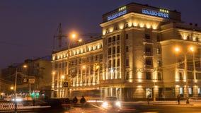 Trafique en la calle de Lenina cerca del hotel en la mañana del invierno - Ufa, Rusia, 08 de Bashkiria 01 2017 Fotos de archivo