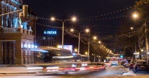 Trafique en la calle de Lenina cerca de teatro de la ópera y de ballet en el timelapse de la noche del invierno - Ufa, Rusia, 07  metrajes