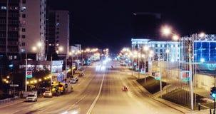 Trafique en la calle de Zaki Validi cerca del congreso Pasillo en el timelapse de la noche del invierno - Ufa, Rusia, 07 01 2017 almacen de metraje de vídeo