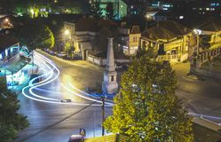 Trafique en la calle del cruce giratorio en la ciudad de Vranje en la noche Imagen de archivo