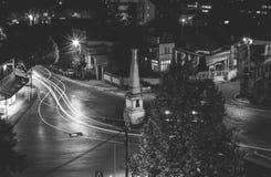 Trafique en la calle del cruce giratorio en la ciudad de Vranje en la noche Fotografía de archivo libre de regalías