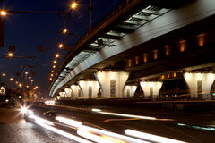 Trafique en la carretera de la ciudad grande (en la noche), Moscú, Rusia Foto de archivo