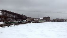 Trafique en la carretera de Naberezhne con Podol y el río congelado de Dnipro almacen de video