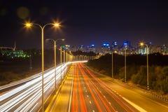 Trafique en la carretera que lleva en la ciudad Fotos de archivo libres de regalías