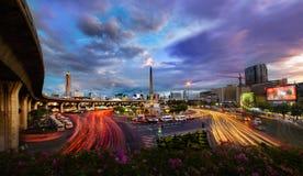 Trafique en la ciudad moderna, Victory Monument en Bangkok, Tailandia. Fotos de archivo libres de regalías