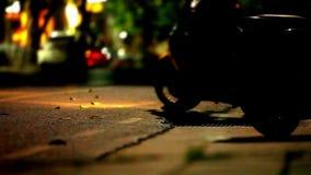 Trafique en la noche y las hojas de la bici del estacionamiento almacen de metraje de vídeo