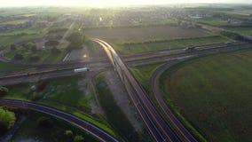 Trafique en la opinión aérea compleja moderna de la infraestructura de transporte de la intersección del camino fotografía de archivo libre de regalías