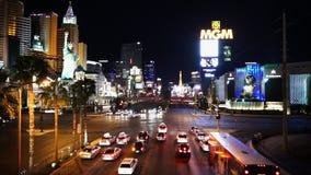 Trafique en Las Vegas Boulevard por noche - ciudad de Las Vegas Nevada/USA metrajes