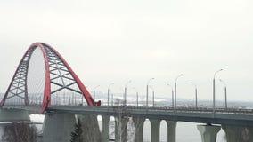 Trafique en un nuevo puente cable-permanecido, Novosibirsk almacen de metraje de vídeo