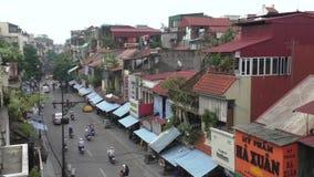 Trafique en una calle de una vieja parte de Hanoi, Vietnam metrajes