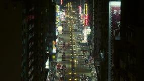 Trafique en una calle muy transitada en Hong Kong en la noche metrajes