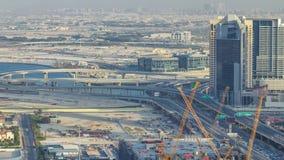 Trafique en una intersección ocupada en timelapse céntrico de la tarde de Dubai Visión superior desde arriba almacen de video