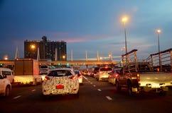 Trafique a estrada no tempo crepuscular na via expressa do pedágio perto de Suvarnabhu Foto de Stock Royalty Free