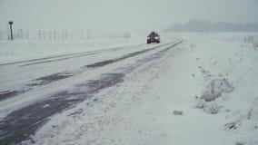 Trafique la conducción a lo largo de autopista sin peaje durante tormenta intensa de la nieve metrajes