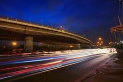 Trafique la iluminación en el camino de la hora punta y exprese el puente de las maneras otra vez fotos de archivo