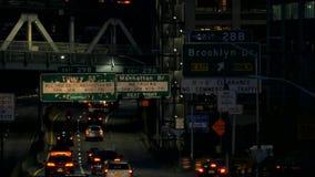 Trafique la mudanza a lo largo de una autopista sin peaje en Nueva York en la noche almacen de video