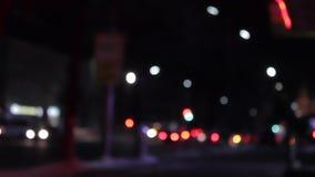 Trafique la velocidad de la luz en la noche con los coches dinámicos Bokeh almacen de video