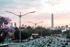 Trafique na avenida 23th maio Avenida 23 de maio em San Paulo Foto de Stock Royalty Free