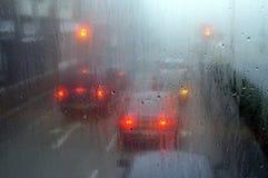 Trafique na chuva nas luzes Inglaterra da parada Fotos de Stock Royalty Free