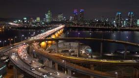 Trafique na em-rampa de Cheongdam e na ponte de Cheongdam sobre o rio de Hangang filme