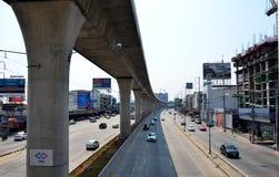 Trafique na estrada e na autoridade maciça do trânsito rápido de Tailândia imagens de stock royalty free