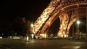 Trafique na noite na frente do timelapse Paris da torre Eiffel, França video estoque